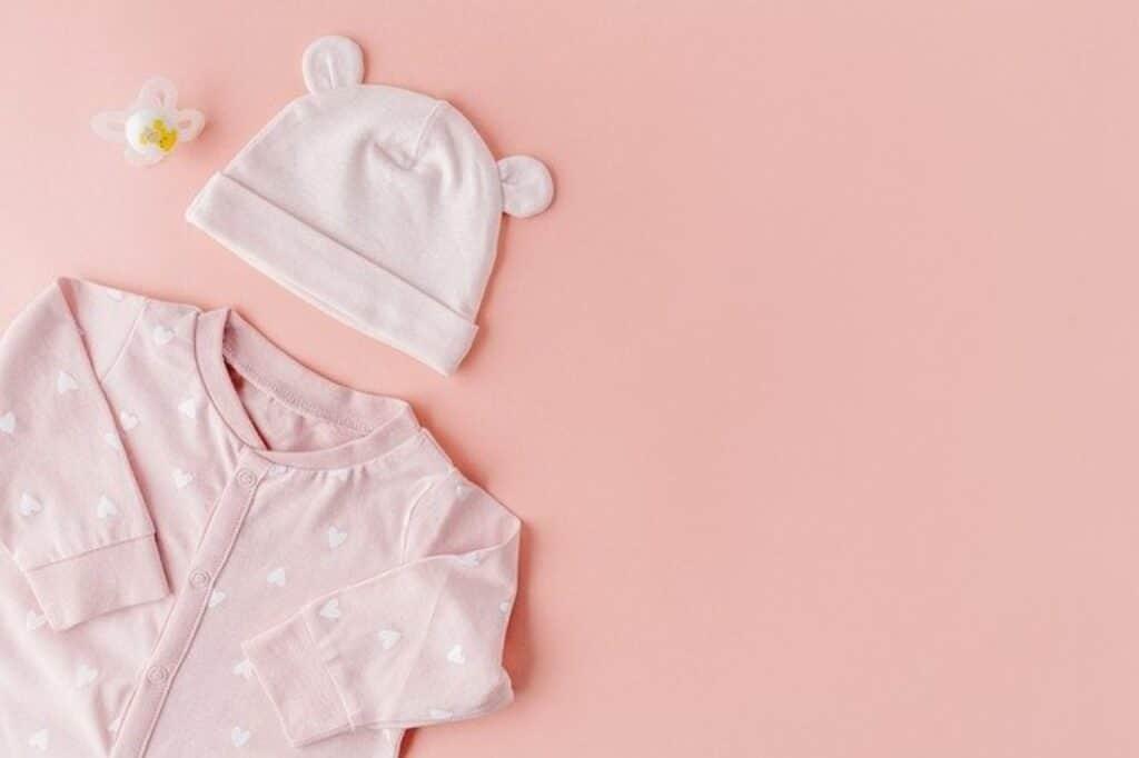 body rose avec des petits coeurs blancs et son bonnet rose une jolie tenue pour une nuit d'éte