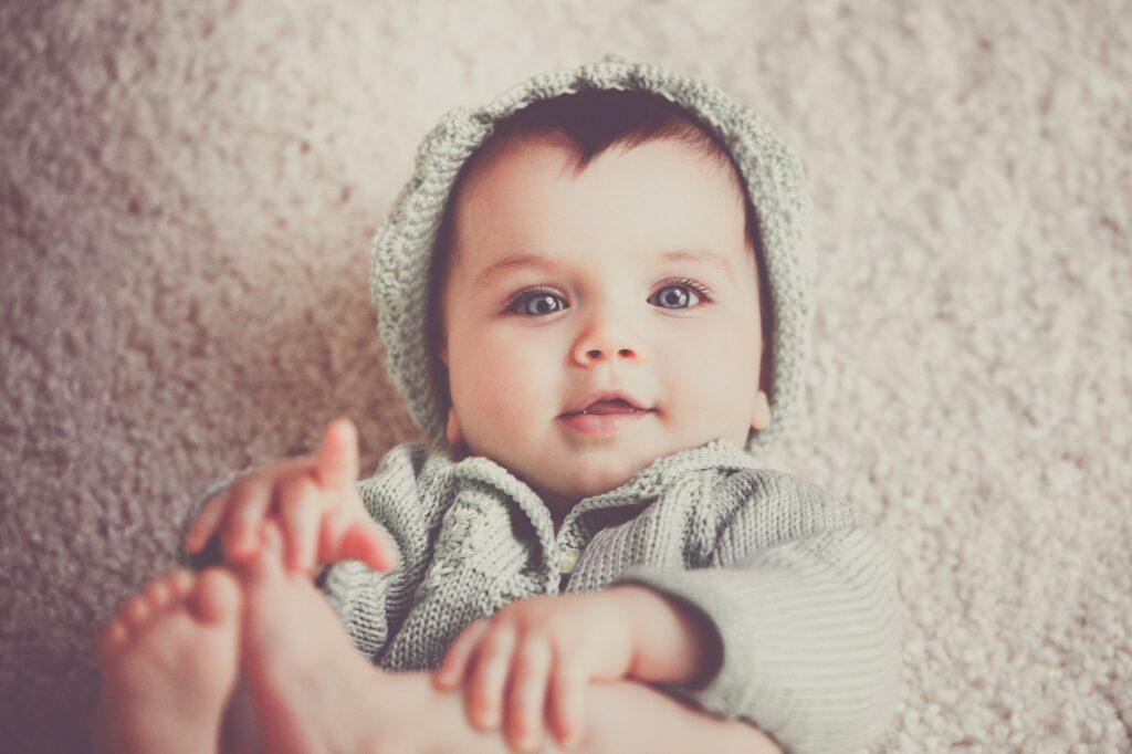 Bébé aux yeux souriant