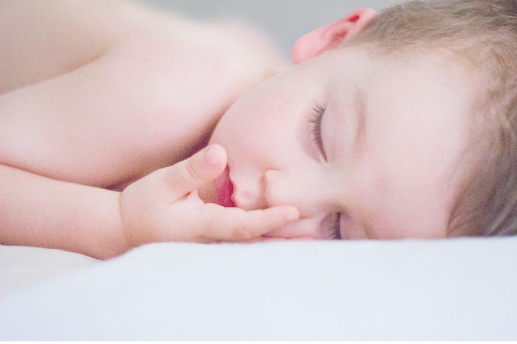 bebe endormi sur le ventre