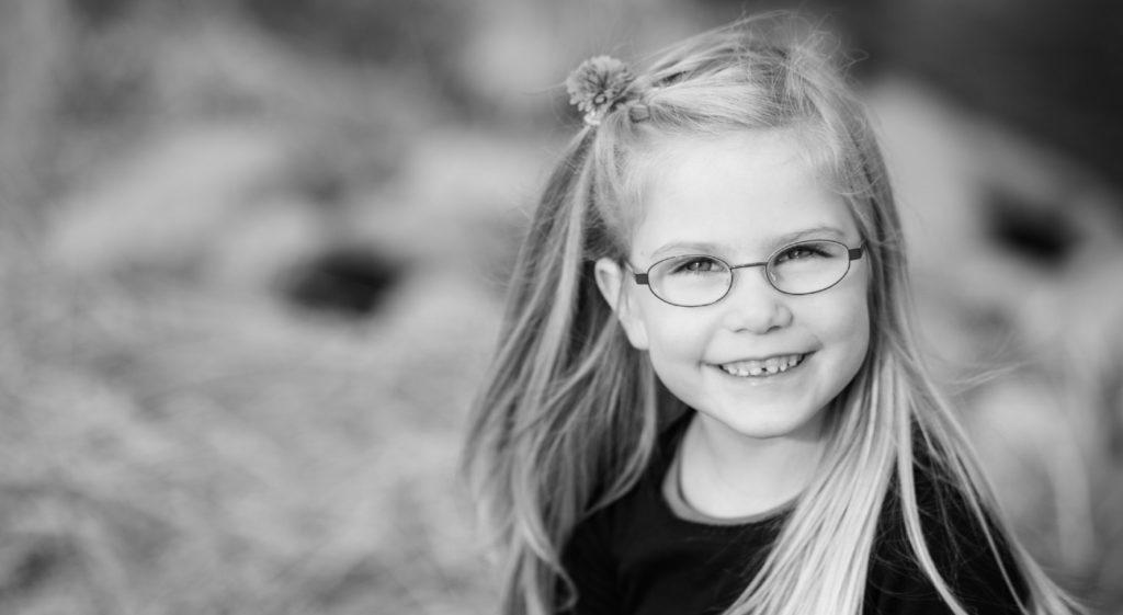 petite fille sourriante avec des lunettes