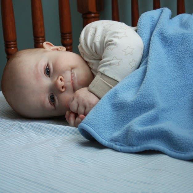 petit bébé qui sourit juste avant de dormir