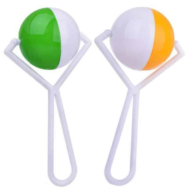 deux hochets pour bébé de couleur verte et orange