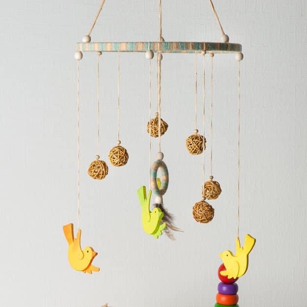 mobile suspendu au plafond et sert de jouet pour enfant