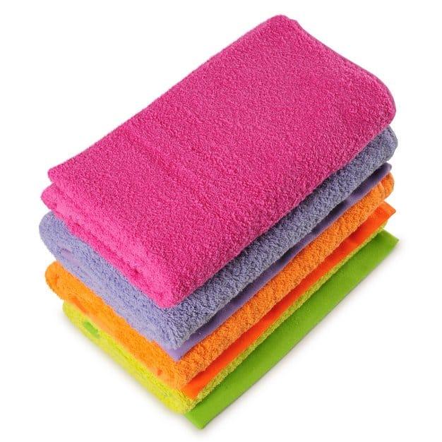 quatre serviettes multicolores pliées