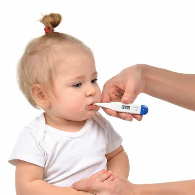 mesurer la température d'un bébé avec un thermomètre oral numérique