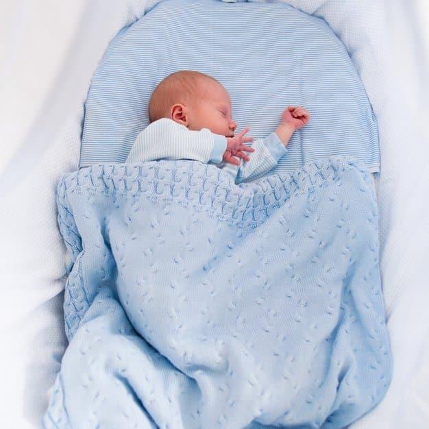 Petit bébé qui dort avec sa couverture bleue