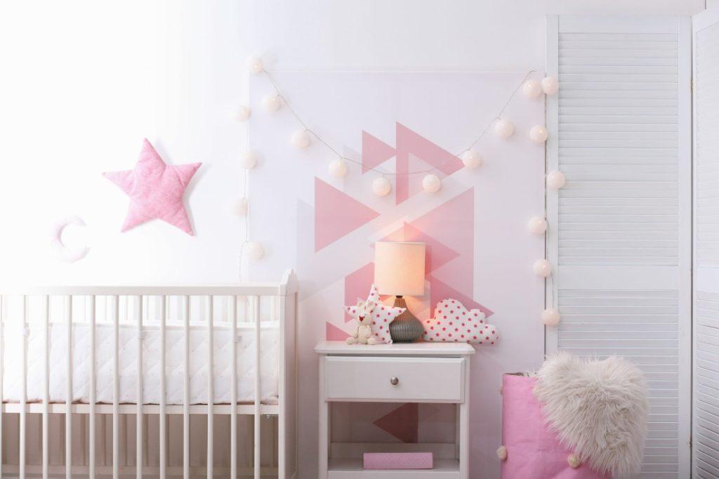 une jolie de lampe de chevet proche d'un lit pour bébé