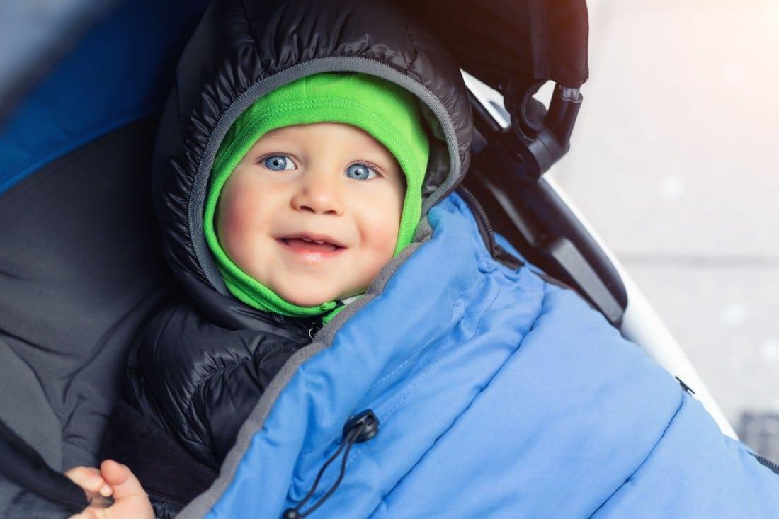 bébé dans sa poussette Areubb