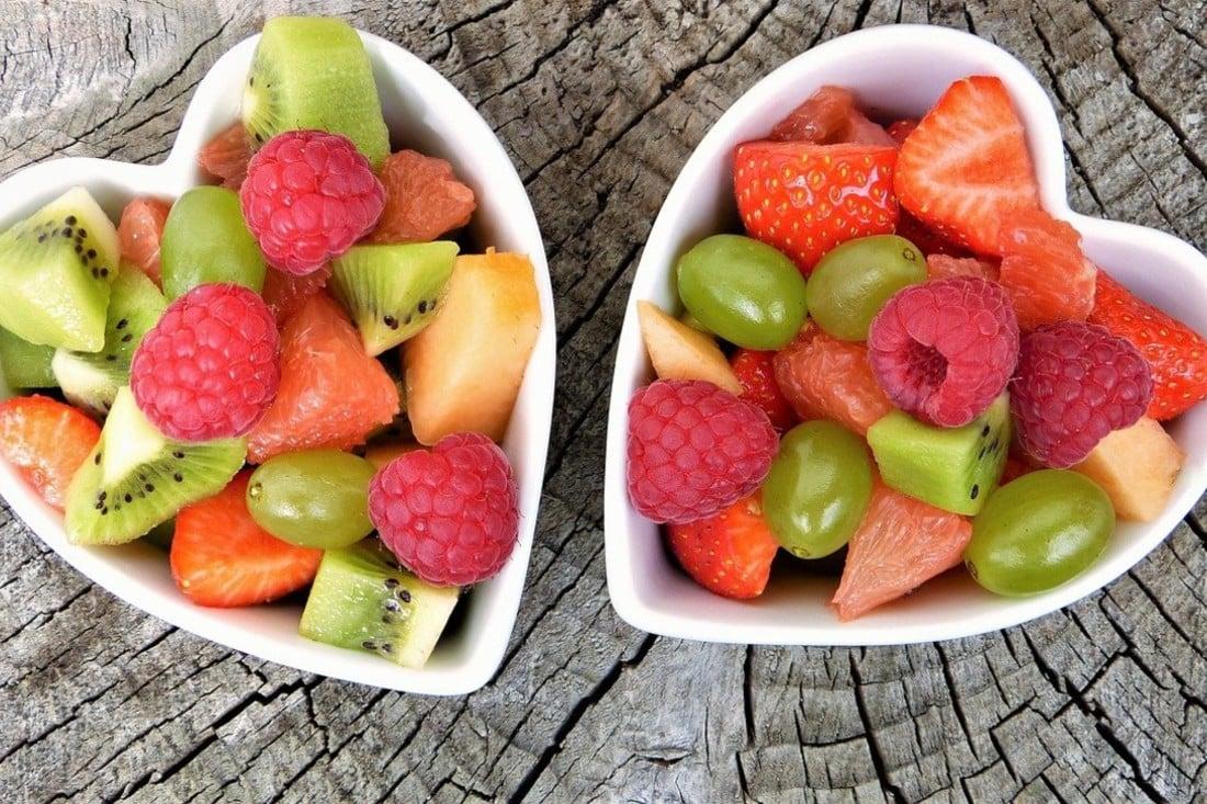 deux bols en forme de coeur avec des fruits
