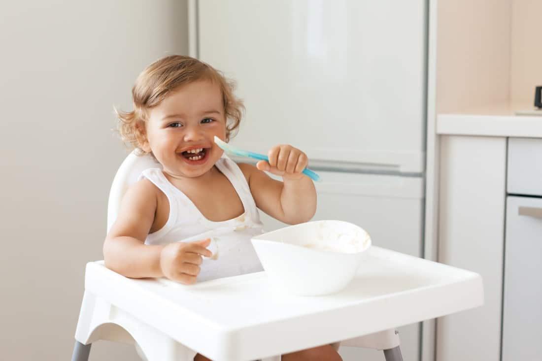 un bébé dans une chaise haute prêt à manger