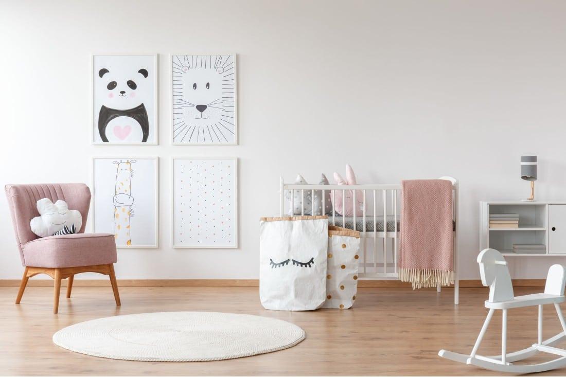 Belle chambre pour son bébé avec lit et fauteuil