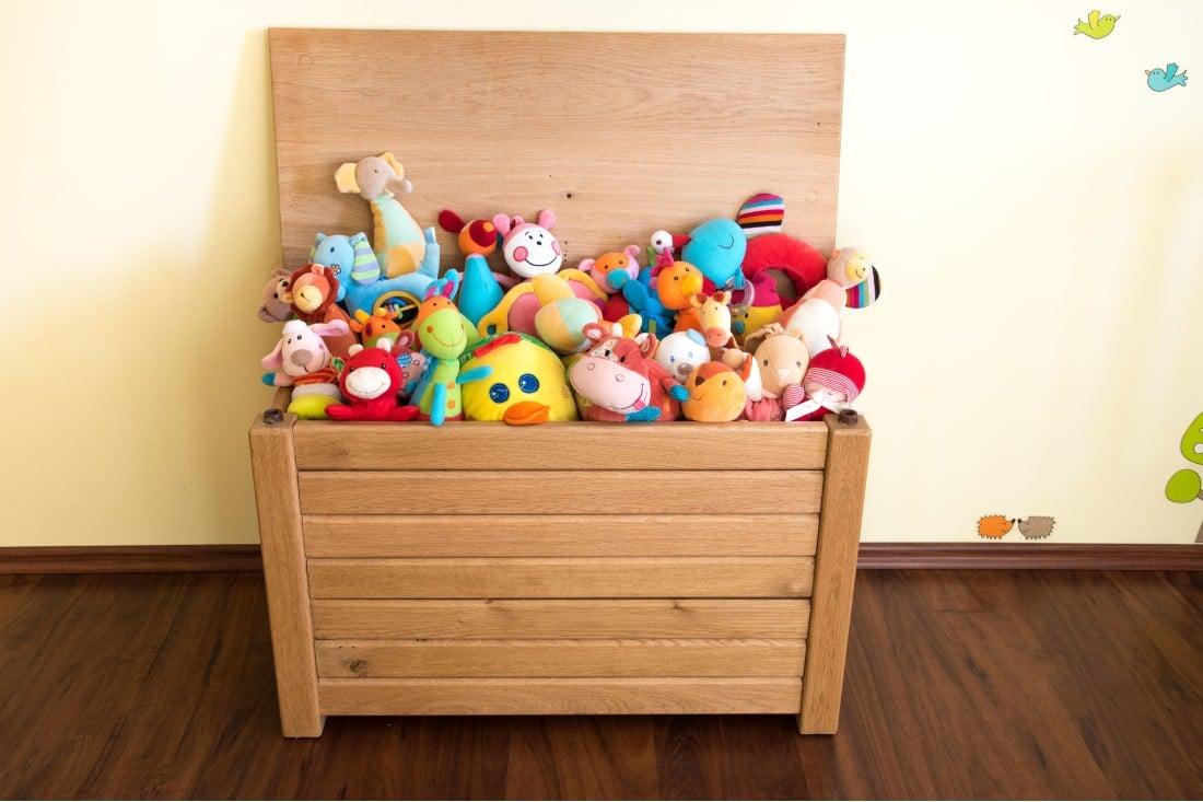 coffre à jouets en bois abec pleins de doudous