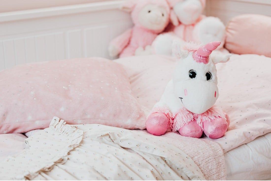 des doudous dans un lit d 'enfant