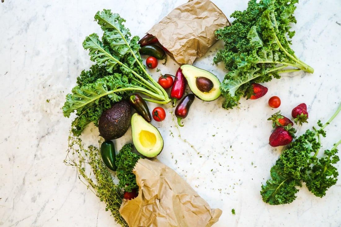 divers fruits et légumes sur un plan de travail