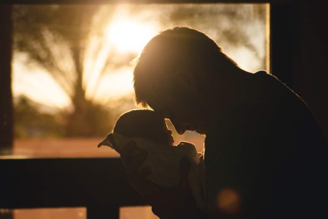 papa qui prend son bébé dans les bras Areu bb (1)