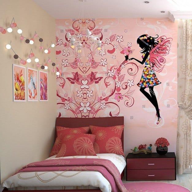 chambre de fille avec un mur bien décoré avec des dessins et de la lumière